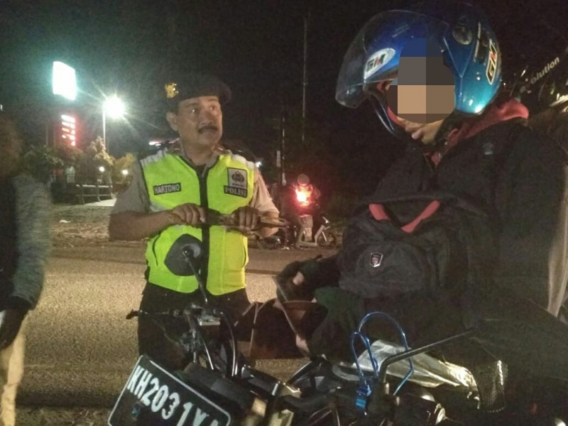 Pengendara motor saat terjaring razia membawa sajam Jumat (15/11/2019) malam.