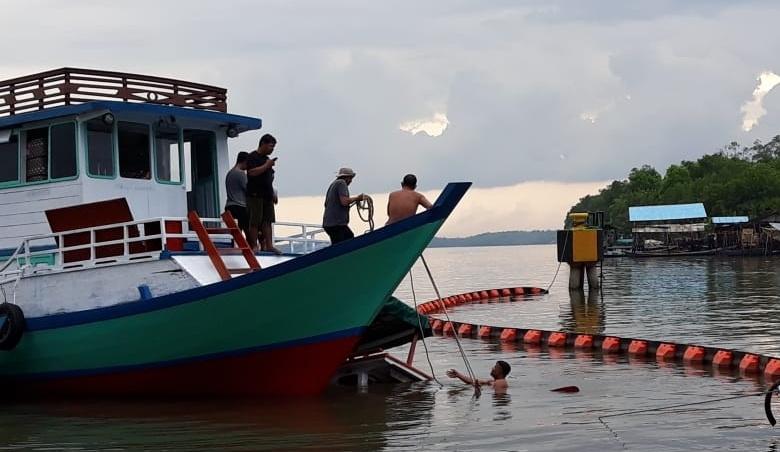 Petugas saat mengevakuasi kelotok yang tenggelam Minggu (17/11/2019).