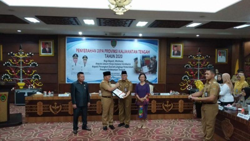 Gubernur Kalteng H Sugianto Sabran secara simbolis menyerahkan DIPA 2020 ke Sekretaris Daerah Provinsi Kalteng yang diwakili oleh Asisten III Setda Kalteng H Nurul Edy, Senin (18/11/2019).