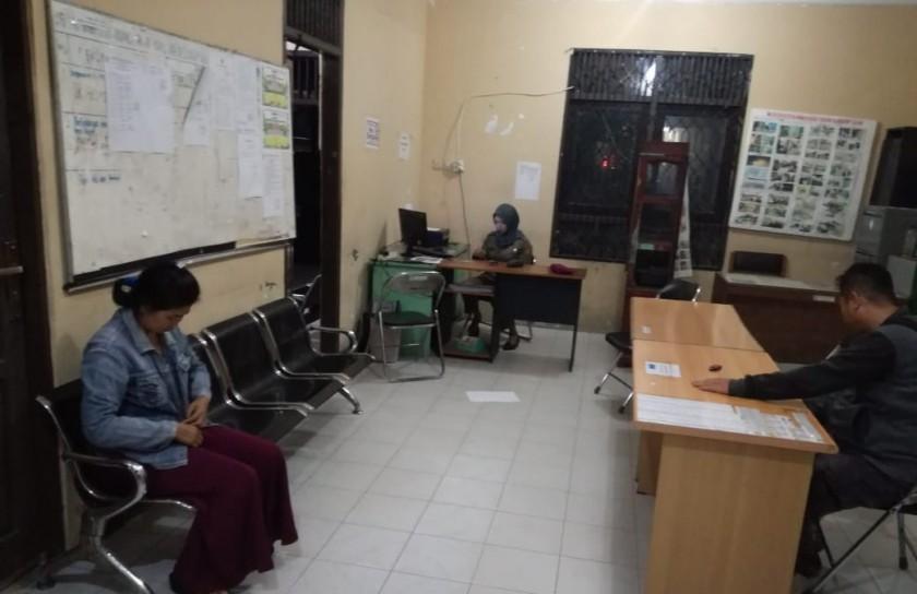 Seorang janda saat menjalani pemeriksaan di Kantor Satpol PP Kobar Senin (18/11/2019).