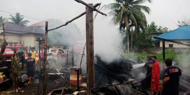 Petugas pemadaman saat memadamkan api di lokasi kejadian Selasa (19/11/2019).