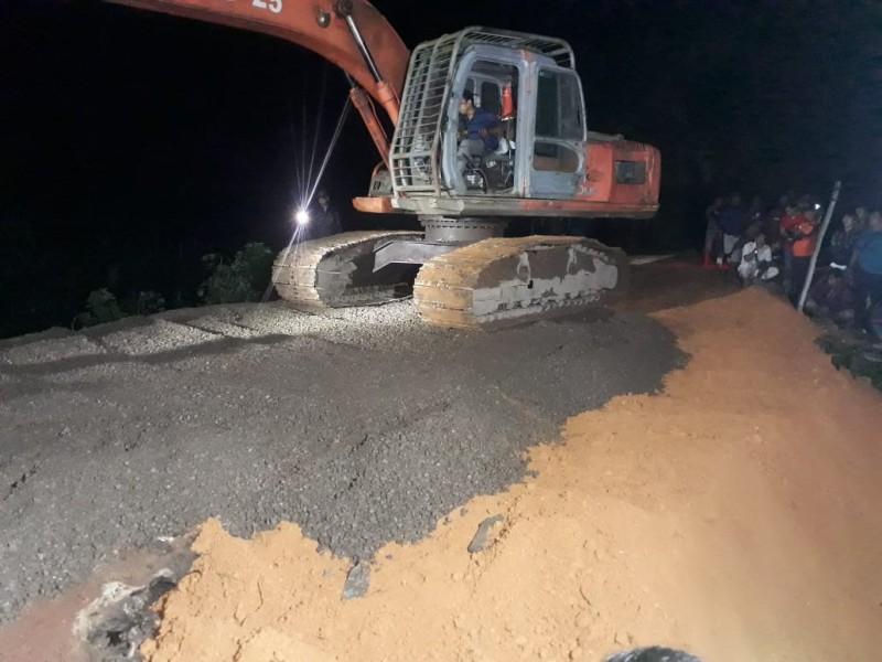 Foto: Istimewa-Perbaikan jalan yang amblas di Jalan Trans Kalimantan Sampit-Pangkalan Bun tepatnya di KM 124 dekat Jembatan Asam Baru Desa Asam Baru Kebupaten Seruyan Senin (18/11/2019) tadi malam.