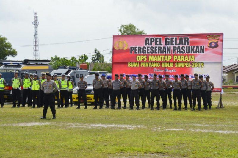 Anggota Polres Katingan saat mengikuti apel gelar pasukan operasi Mantap Praja Bumi Henyang Hinje Simpei di Mapolres setempat Selasa (19/11/2019).