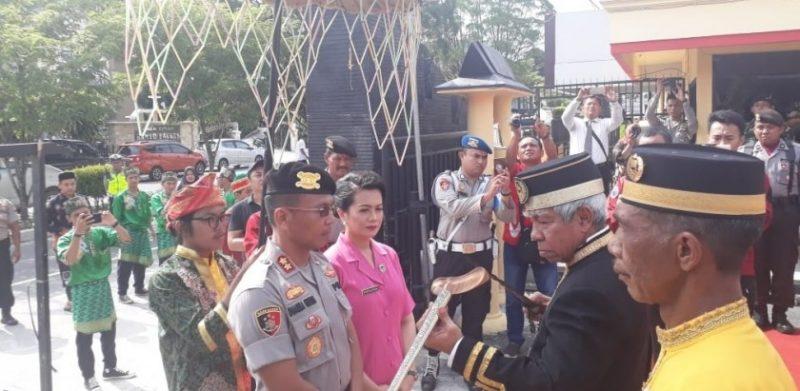 Upacara adat penyambutan Kapolres baru Kobar AKBP E. Dharma B Ginting  di Mapolres Kobar Rabu (20/11/2019).
