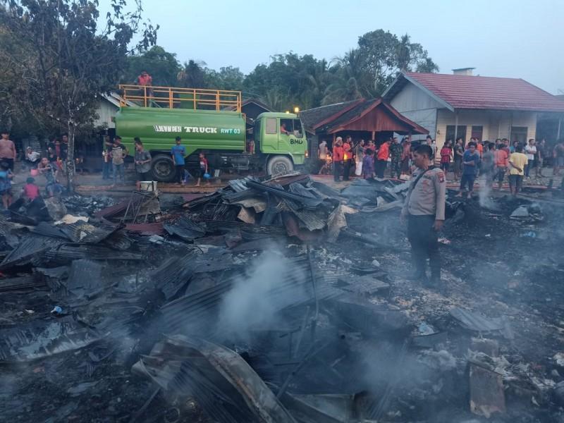 Petugas Polsek Murung saat melakukan penyelidikan di lokasi kejadian kebakaran Rabu (20/11/2019).