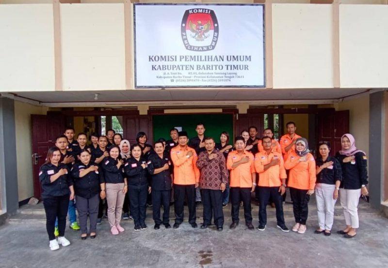 KPU Provinsi Kalimantan Tengah saat berfoto bersama dengan KPU Kabupaten Barito Timur dalam kegiatan Launching Penerapan K3P dan KCP yang dilaksanakan beberapa waktu yang lalu.