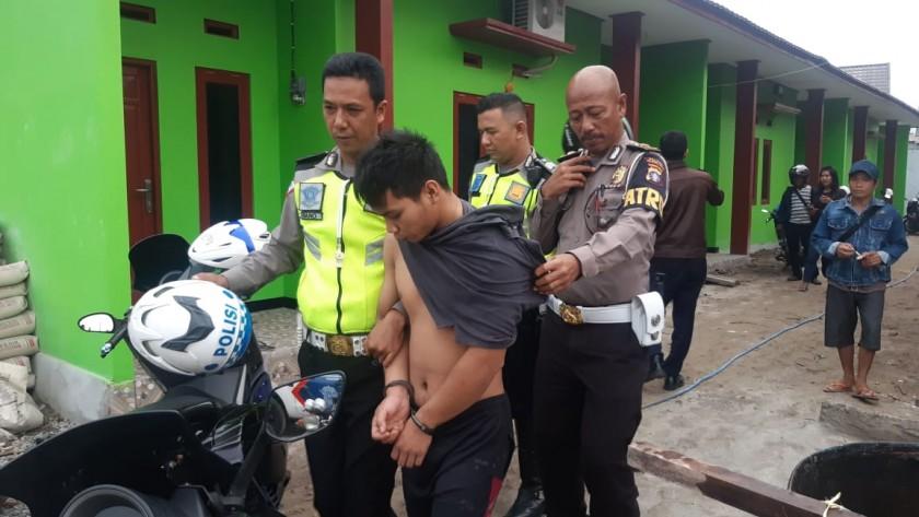 Pelaku saat diamankan anggota polisi usai ditangkap warga Kamis (21/11/2019).