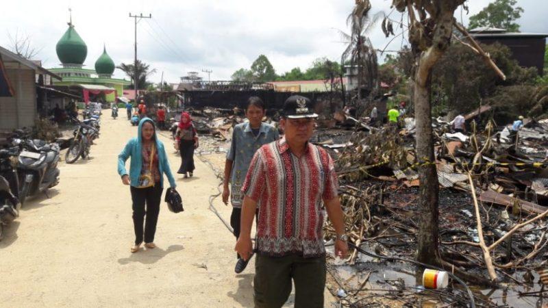 Camat Murung Banjang Jalin beserta jajarannya saat meninjau korban kebakaran Kamis (21/11/2019).