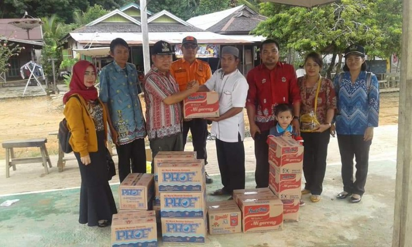 Camat Murung Banjang Jalin saat menyerahkan bantuan secara simbolis kepada perwakilan korban kebakaran Kamis (21/11/2019) kemarin.