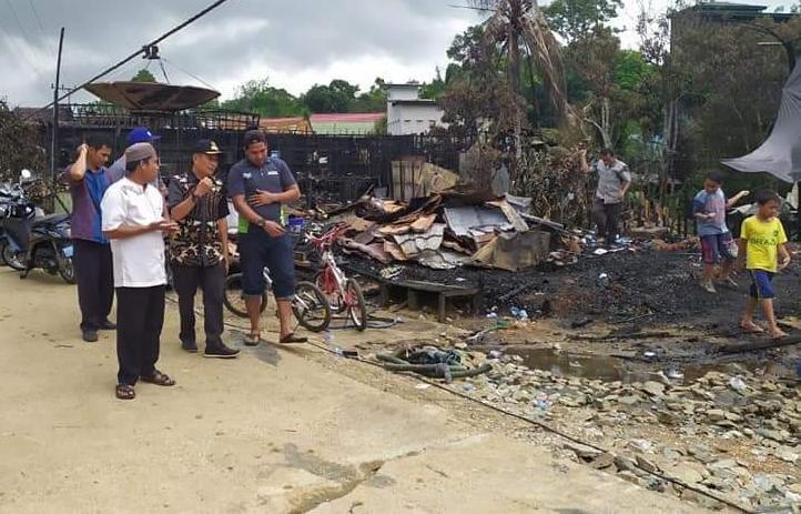 Wabup Mura Rejikinoor saat meninjau lokasi kebakaran di RT 6 Desa Mangkahui Kecamatan Murung Kamis (21/11/2019) sore.