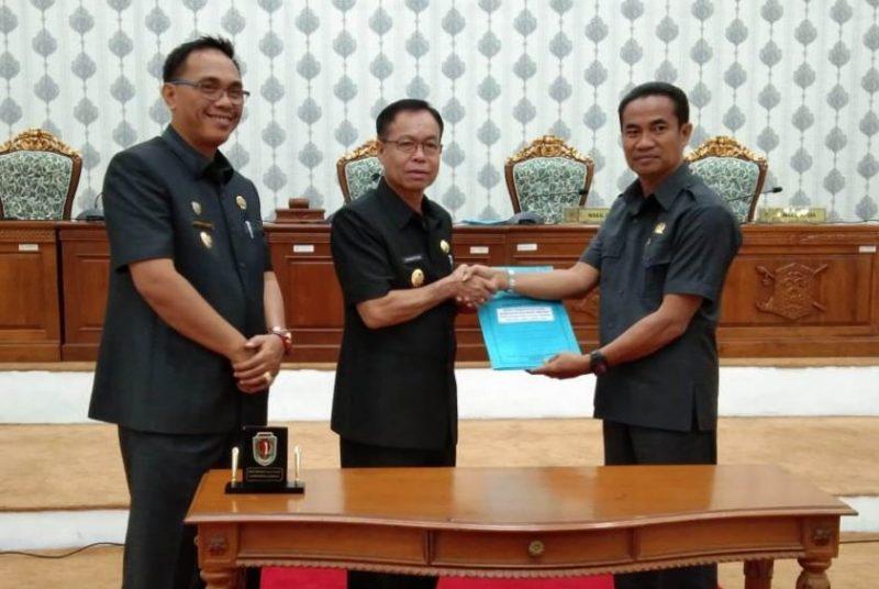 Bupati Katingan, Sakariyas didampingi Wabup Sunardi NT.Litang, dan ketua DPRD Katingan Marwan Susanto, saat memperlihatkan dokumen R-APBD 2020 yang telah disahkan Jumat (22/11/2019).