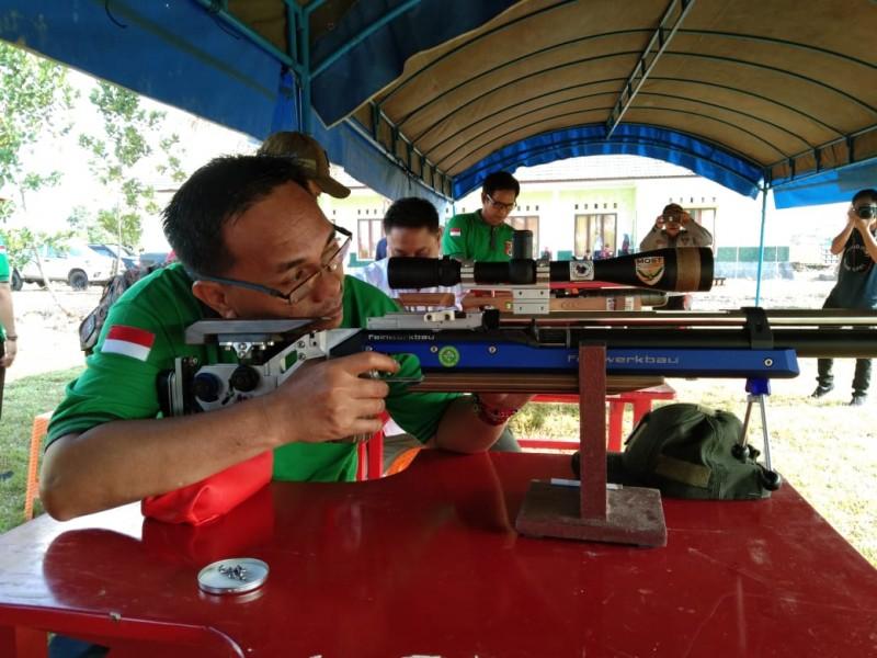 Wabup Sunardi NT.Litang tes senapan membidik sasaran target ketiks menjajali lapangan tembak.