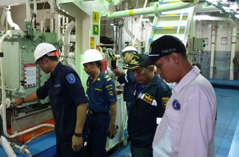 Petugas KSOP Kumai saat melakukan pemeriksaan kelaikan kapal penumpang belum lama ini.