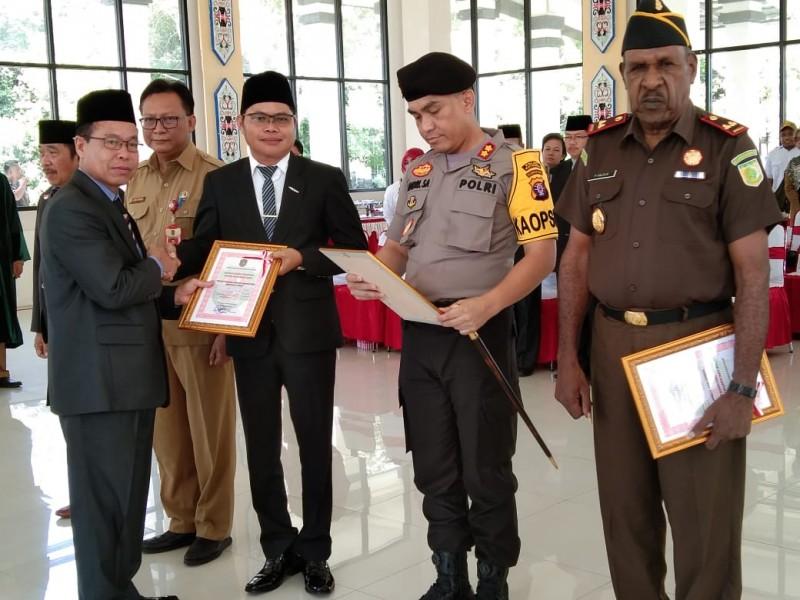 Bupati Katingan Sakariyas saat menyerahkan DIPA 2020 ke Kepala FKPD Pemkab Katingan Senin (25/11/2019).