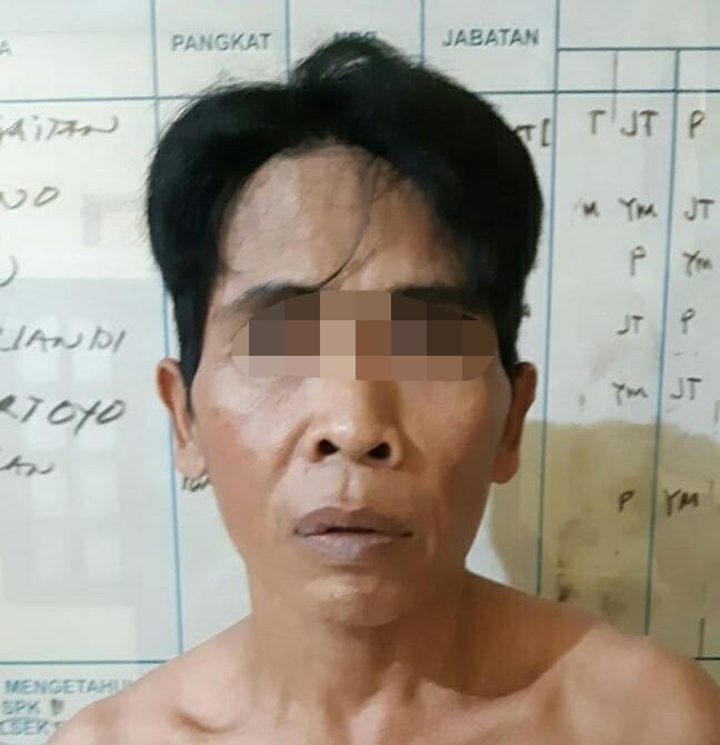 Pelaku saat diamankan di Polsek Pangkalan Banteng Minggu (24/11/2019).