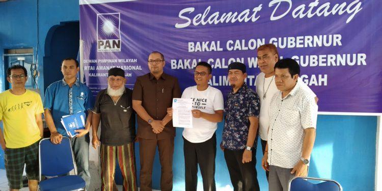 Sekretaris dan jajaran pengurus DPW PAN Kalteng saat menunjukkan SK dari DPP terkait penunjukan H Ahmad Diran sebagai Plt DPW PAN Kalteng.