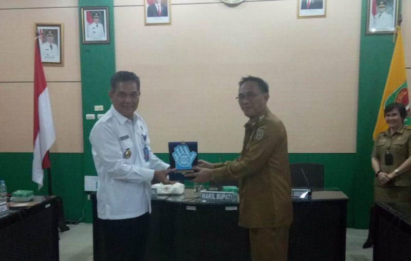 etua BNK Katingan Sunardi NT.Litang, menyerahkan Cindramata kepada Kepala BNN Provinsi Kalteng Brigjen Pol Drs Marudut Hutabarat, M.IP.