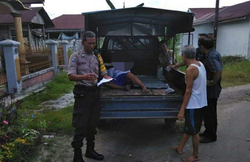 Anggota Polsek Pahandut saat mengamankan penderita gangguan jiwa Selasa (26/11/2019).