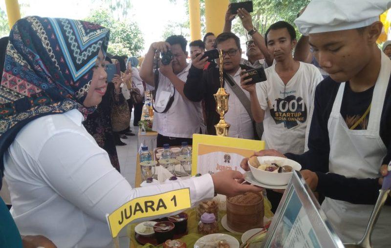 Bupati Kobar Hj Nurhidayah saat menerima menu bakso yang disajikan pemenang lomba pelajar SMPN-7 Pasir Panjang Rabu (27/11/2019).