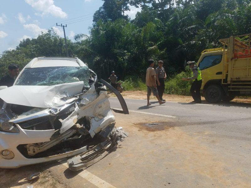 Anggota Satlantas Polres Kobar saat melakukan olah TKP di lokasi kejadian. Sementara mobil tampak ringsek berat Rabu (27/11/2019).