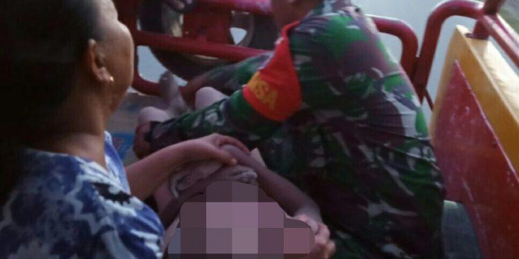 Jasad korban saat dievakuasi orang tuanya dibantu anggota TNI Rabu (27/11/2019) sore.