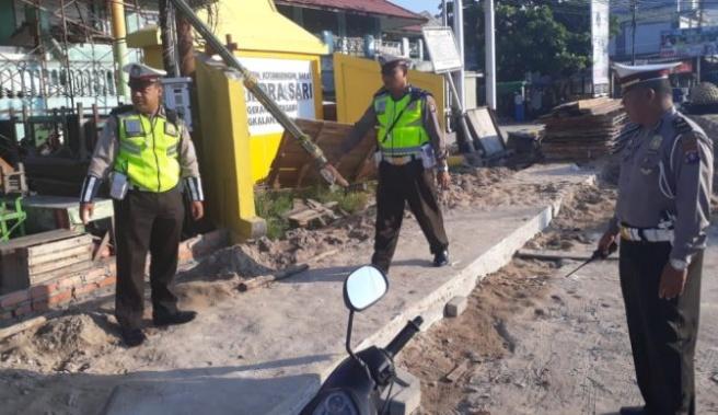 Anggota Satlantas Polres Kobar saat mengecek lokasi dibangunnya Pos Pengamanan Natal dan Tahun Baru Jumat (29/11/2019).