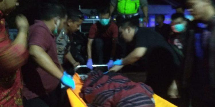 Jasad korban saat dievakuasi petugas kepolisian Jumat (29/11/2019) malam.
