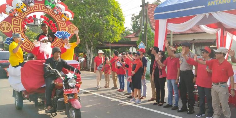 Bupati Katingan Sakariyas saat melepas peserta karnaval Natal Sabtu (30/11/2019).