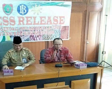Wakil Ketua Tim Pengendali Inflasi Daerah (TPID) Kalteng, Setian didampini Asiste II Setda Kalteng Nurul Edy saat memaparkan kepada awak media, Senin (4/11/2019).