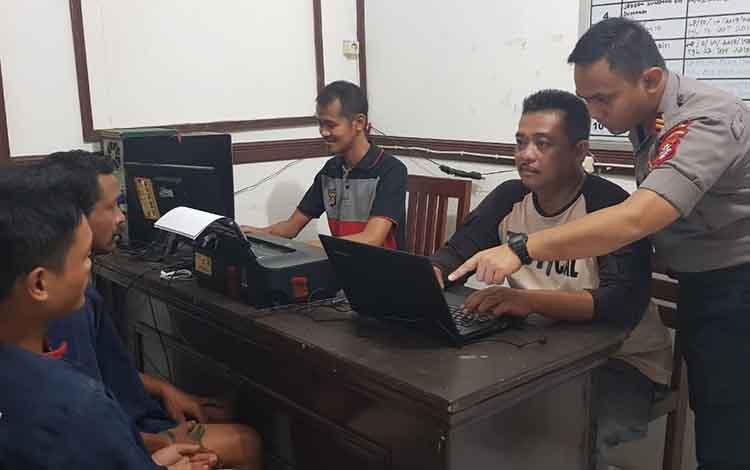 IST - Kapolsek Kota Bei Iptu Irfan Ali Reza saat mengintrogasi kedua pelaku di Mapolsek Kota Besi Selasa (19/11/2019).