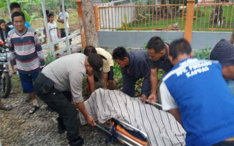 IST- Petugas kepolisian dan warga saat mengevakuasi jasad korban Minggu (10/11/2019).