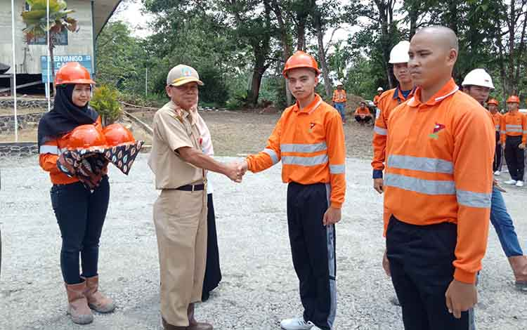 Kadisnakertran Mura M Syahrial Pasaribu saat menyerahkan perangkat alat pelatikan secara simbolis kepada peserta Senin (4/11).