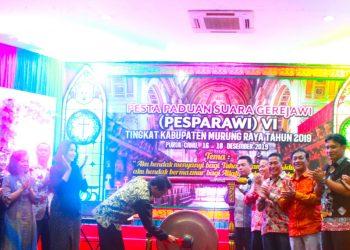 Bupati Mura Perdie M Yoseph saat memukul gong tanda dibukanya secara resmi kegiatan Pesparawi tingkat Kabupaten Mura Senin (16/12/2019) malam.