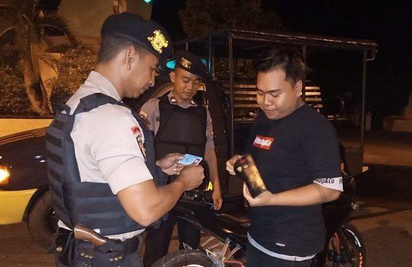 Anggota Polsek Benua Lima saat memeriksa identitas pengendara saat menggelar giat Sabtu (30/11/2019) malam.