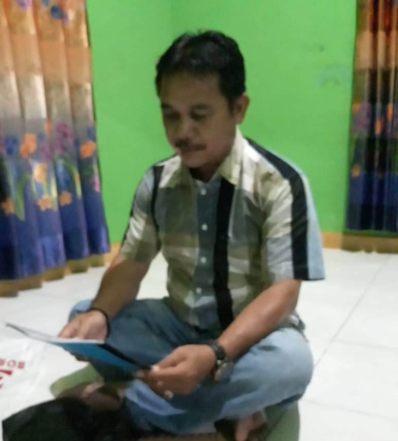 Paman korban Nirman Hadi saat membacakan surat yang akan disampaikan ke Damang agar dilakukan hukum adat Minggu (1/12/2019) malam.