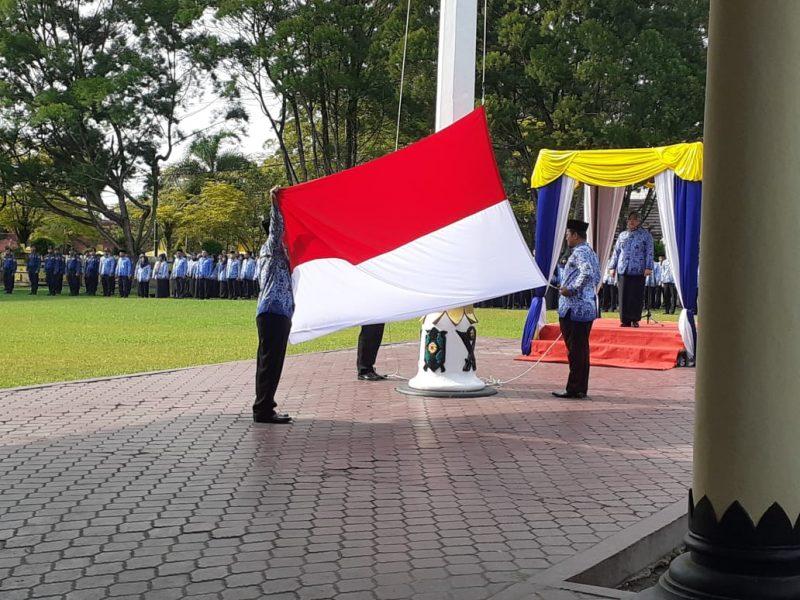 Bupati Kobar Hj Nurhidayah saat menjadi inspektur upacara memperingati HUT Korpri di halaman Kantor Bupati Kobar Senin (2/12/2019).