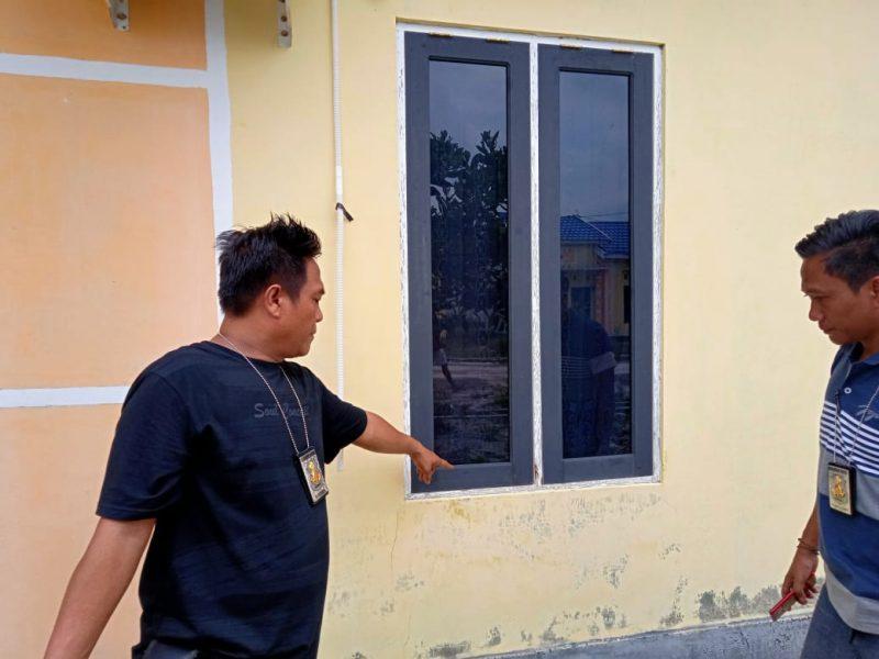 Warga saat menunjukan lokasi dibobolnya rumah oleh kawanan pelaku pencurian Senin (2/12/2019).