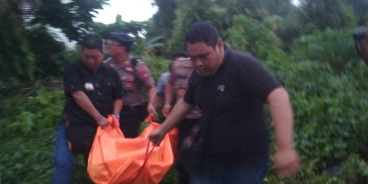Jasad korban saat dievakuasi petugas kepolisian seusai kejadian Senin (2/12/2019).