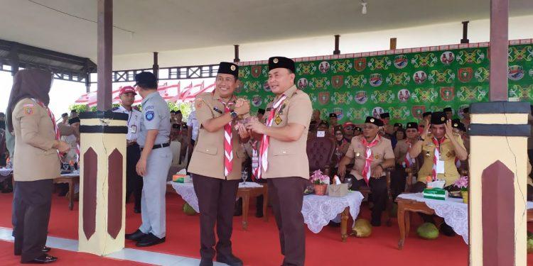 Wabup Mura Rejikinoor saat salam komando dengan Gubernur Kalteng Sugianto Sabran ketika menghadiri kemah ELY Minggu (1/12/2019).