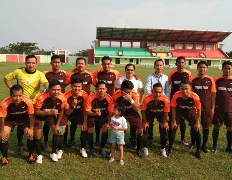 Anggota DPRD Murung Raya Susilo (tengah) saat poto bersama para pemain bola di Kota Puruk Cahu baru-baru ini.