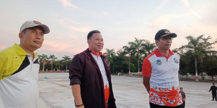 Ketua DPRD Murung Raya Doni SP saat meninjau pekerjaan proyek bersama Bupati Mura Perdie M Yoseph dan Wabup Rejikinoor belum lama ini.