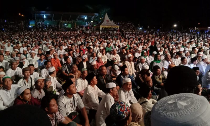 Ribuan warga saat menghadiri acara tablik akbar yang mendatangkan penceramah agama Ustad Abdul Somad  Senin (2/12/2019).