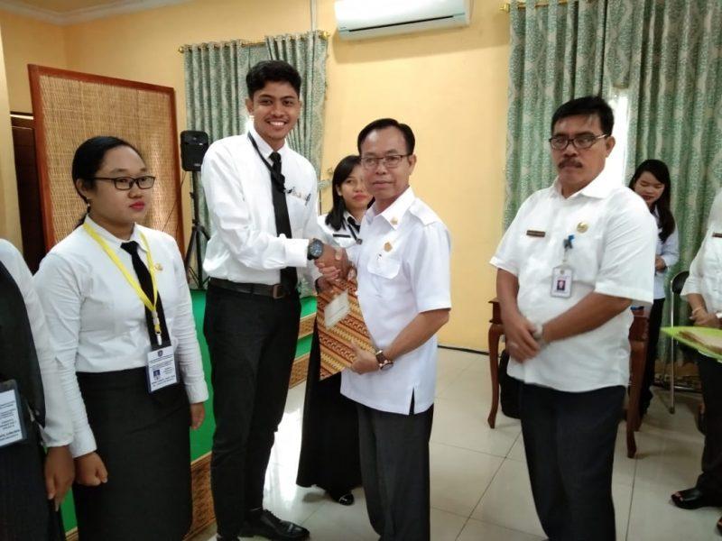 Bupati Katingan saat menyerahkan piagam diklatsar secara simbolis kepada perwakilan peserta Rabu (4/12/2019).
