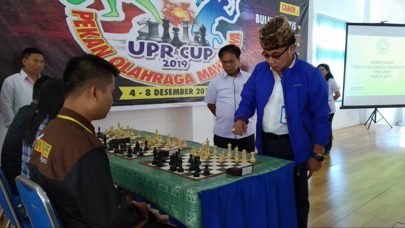 Rektor UPR Andrie Elia saat bermain catur dengan Mahasiswa asal kampus tersebut.