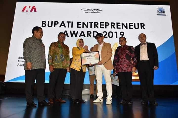 Bupati Kobar Hj Nurhidayah saat menerima penghargaan Rabu (4/12/2019).