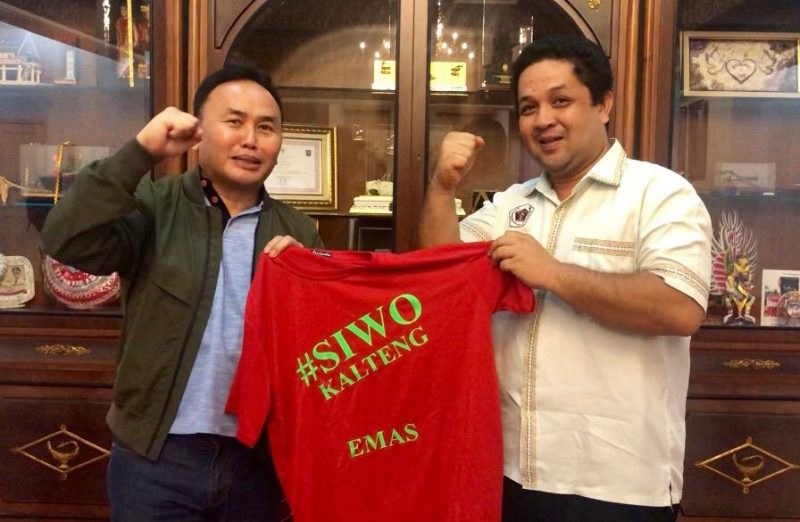 Gubernur Kalteng Sugianto Sabran saat menerima secara simbolis baju Siwo.