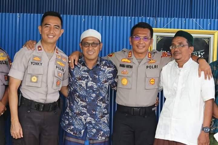 Kapolres Kobar AKBP E Dharma B Ginting dan Wakapolres Kompol Rohman Yongky saat poto bersama warga ketika silaturhami ke tokoh masyarakat Kamis (5/12/2019).