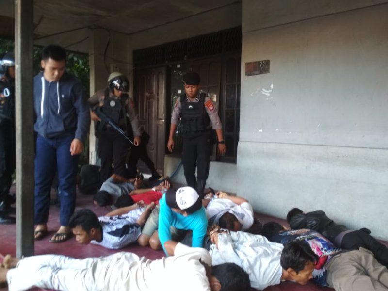 Anggota Direktorat Samapta Bhayangkara (Ditsabhara) Polda Kalteng saat menyergap puluhan pejudi dagur di kawasan Jalan dr Murjani Palangka Raya Kamis (5/12/2019).