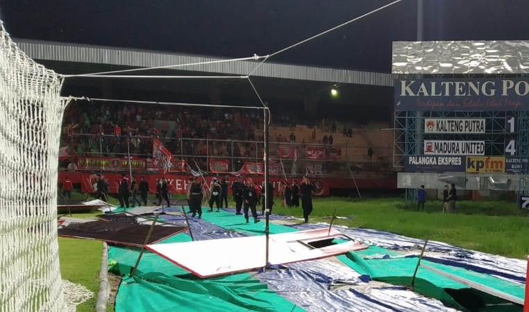 Aparat kepolisian saat menenangkan massa yang sempat membuat keributan seusai laga Kalteng Putra vs Madura United Jumat (6/12/2019) tadi malam.