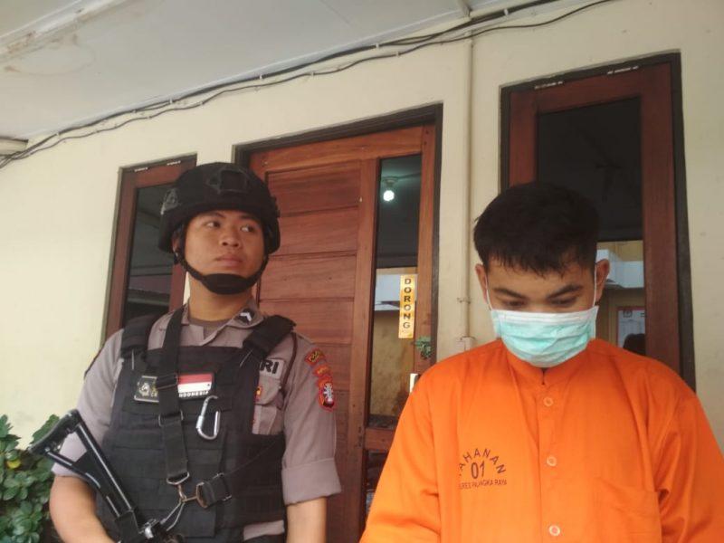 Pelaku saat diperlihatkan ketika digelar press release di Mapolresta Palangka Raya, Senin (9/12/2019).